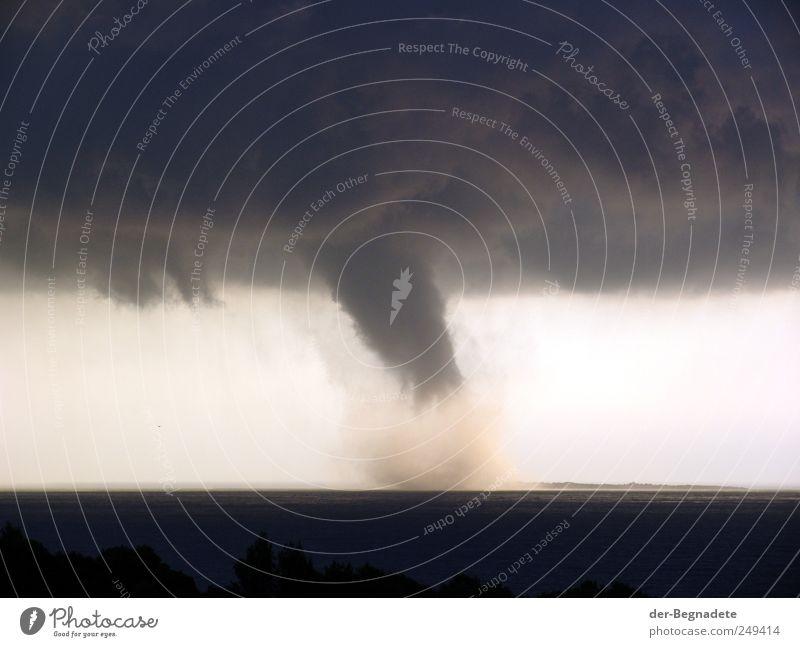 Sturm Umwelt Urelemente Wasser Himmel Wolken Gewitterwolken Horizont Klima Klimawandel Wetter Unwetter Küste Meer Insel Endzeitstimmung Energie bedrohlich