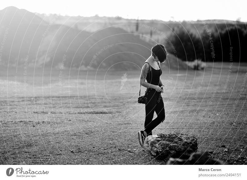 professionelle Fotografin, die eine schöne Natur um sich herum fotografiert, warmer sonniger Tag, Junge Frau attraktiv Hintergrund schwarz schwarz auf weiß