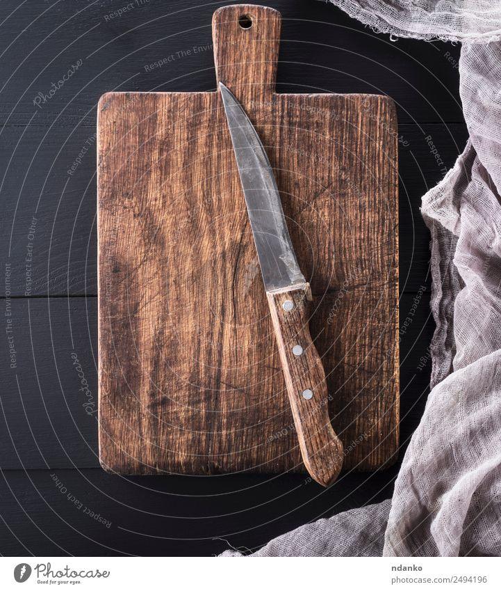 altes rechteckiges Schneidebrett Messer Küche Holz dunkel natürlich retro braun schwarz Holzplatte Schneiden Hintergrund Essen zubereiten altehrwürdig