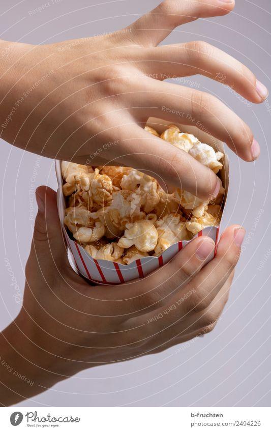 Popcorn essen Getreide Süßwaren Fastfood Entertainment Party Essen Kind Hand Finger 3-8 Jahre Kindheit festhalten frisch genießen Popkorn Kino lecker Snack