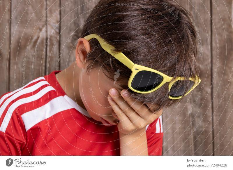 Kind mit Hand vorm Gesicht Junge 1 Mensch 8-13 Jahre Kindheit Sommer Sonnenbrille berühren Traurigkeit Trauer Müdigkeit Unlust Enttäuschung Erschöpfung Sorge