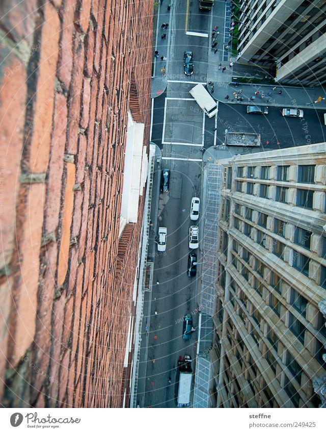Spiderman auf dem Weg zur Arbeit Stadt Haus Straße Wand Mauer PKW Fassade fliegen Verkehr Hochhaus USA fallen tief Fahrzeug Stadtzentrum Straßenkreuzung