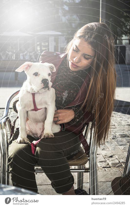 Schönes blondes Mädchen schön Mensch feminin Junge Frau Jugendliche Erwachsene Freundschaft Paar 18-30 Jahre Mode Haustier Hund Lächeln Umarmen niedlich Gefühle