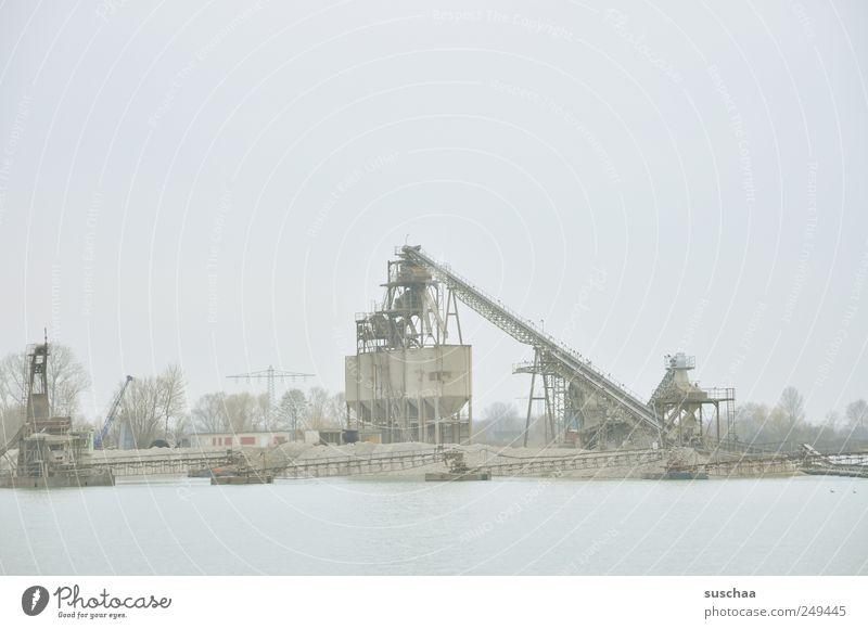 baggern. Umwelt Urelemente Sand Luft Wasser Himmel Winter Seeufer Stahl kalt Baggersee Kiesgrube fördern Förderband Wirtschaft Industrie Industrieanlage