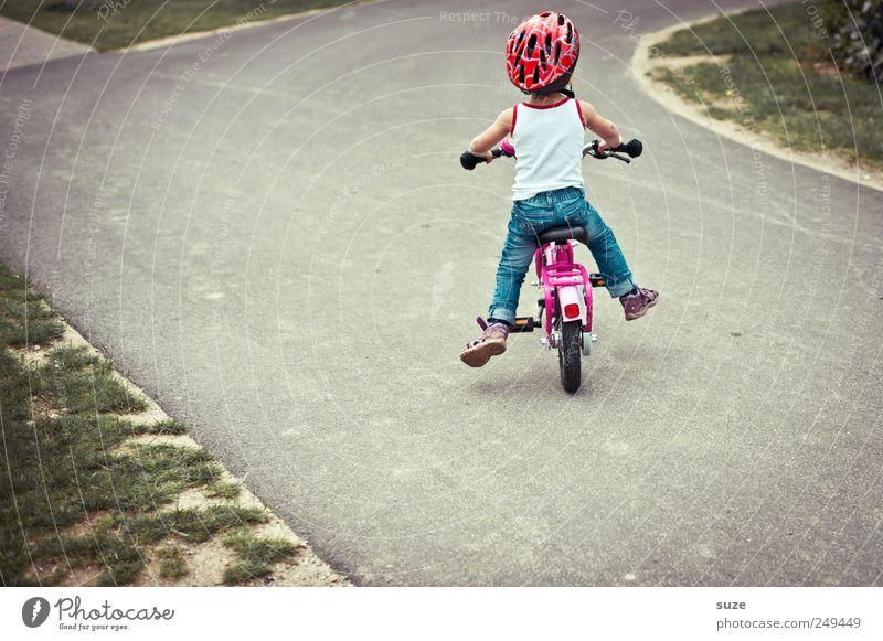 Rumeiern Mensch Kind Mädchen Wege & Pfade klein Kindheit Fahrrad Freizeit & Hobby Kindheitserinnerung Sicherheit niedlich fahren Ziel Kleinkind Fußweg Verkehrswege