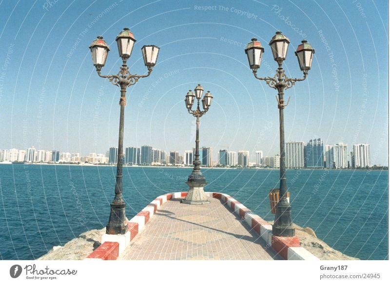 Laternen am Ende der Welt Meer Stadt Ferien & Urlaub & Reisen Erfolg groß Laterne Skyline Plakat Textfreiraum Werbefachmann Abu Dhabi