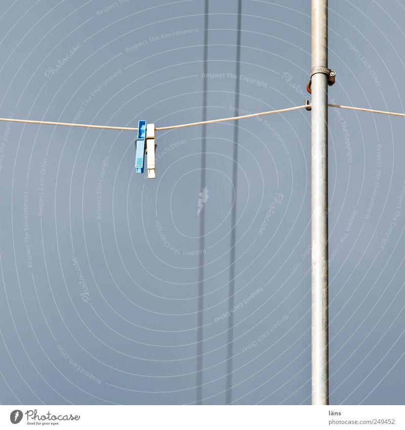 Trockenplatz Metall Kunststoff hängen Wäscheleine Wäscheklammern Stab Farbfoto Außenaufnahme Menschenleer Textfreiraum links Hintergrund neutral