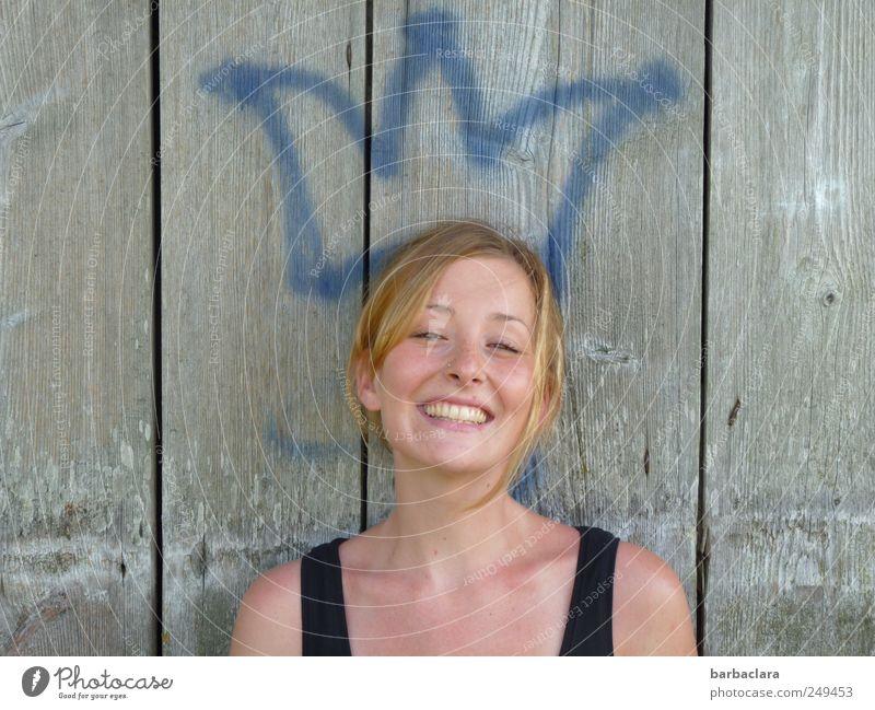 Die Krönung Frau Jugendliche schön Sommer Freude 18-30 Jahre Erwachsene Wand Holz lachen Mauer Glück Fassade blond Fröhlichkeit Kreativität