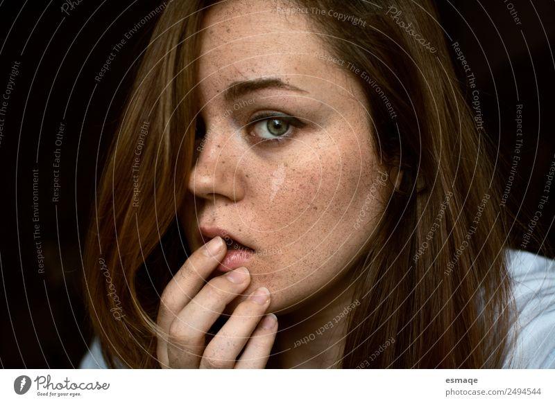 Porträt einer jungen Frau mit Sommersprossen Lifestyle schön Gesundheit Wellness Junge Frau Jugendliche Gesicht Auge 1 Mensch Gefühle Lebensfreude