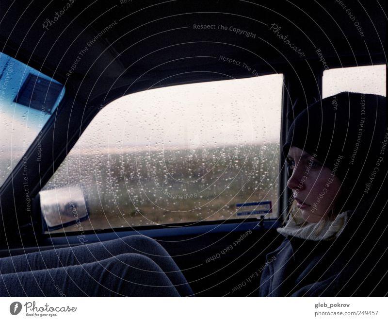Mensch Jugendliche Gesicht Erholung Leben Kopf Erwachsene Denken PKW Beine Regen Wetter Wind sitzen Verkehr Klima