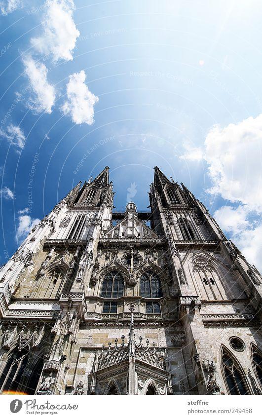 Sonnenschein in Regensburg Himmel Wolken Sonnenlicht Schönes Wetter Altstadt Kirche Dom ästhetisch Religion & Glaube aufstrebend Farbfoto Außenaufnahme