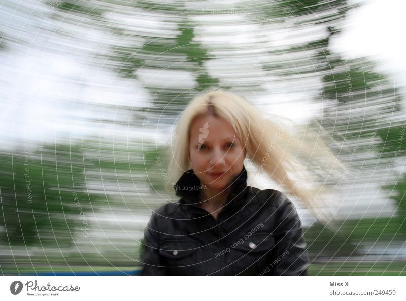 Kreisel Mensch Jugendliche Freude feminin Spielen Erwachsene blond drehen 18-30 Jahre Schwindelgefühl