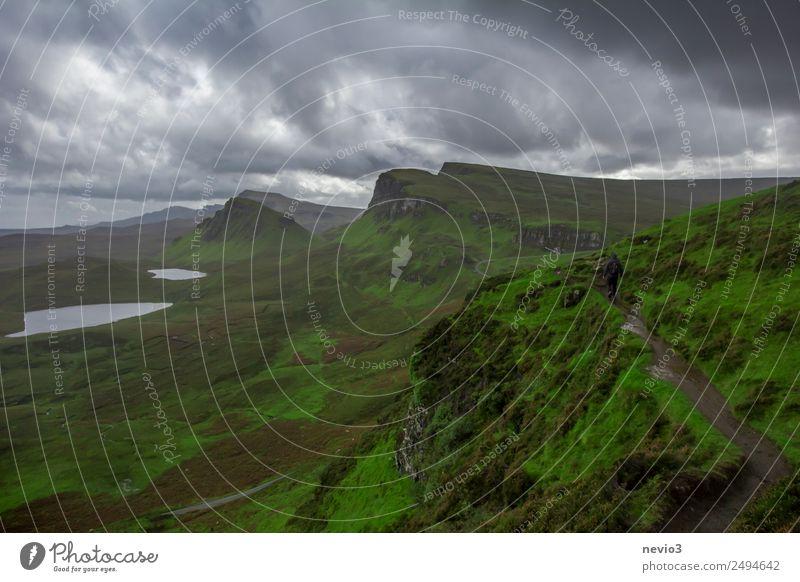 The Quiraing in Schottland Himmel Wolken Gewitterwolken Herbst Gras Grünpflanze Wiese Hügel Berge u. Gebirge grün schlechtes Wetter bedrohlich dunkel wandern