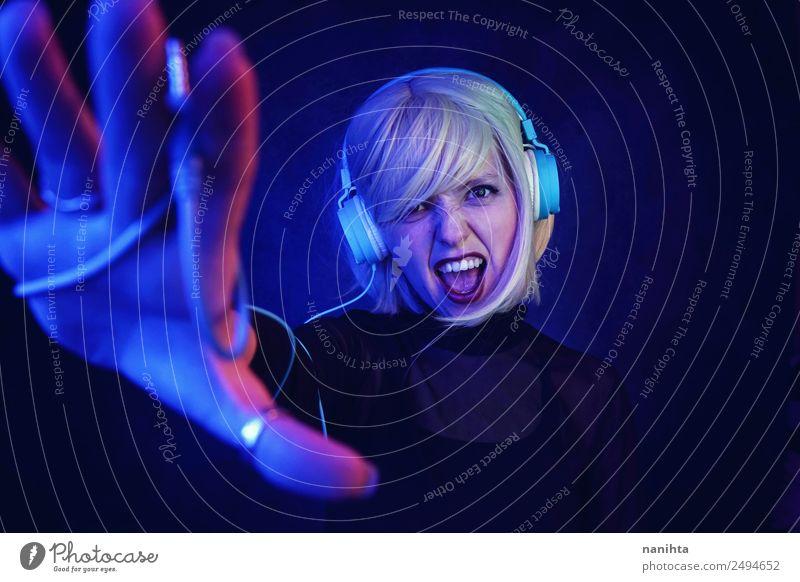 Junge und starke DJ-Frau Lifestyle Stil Design Nachtleben Entertainment Party Veranstaltung Musik Diskjockey ausgehen Feste & Feiern Headset Kopfhörer