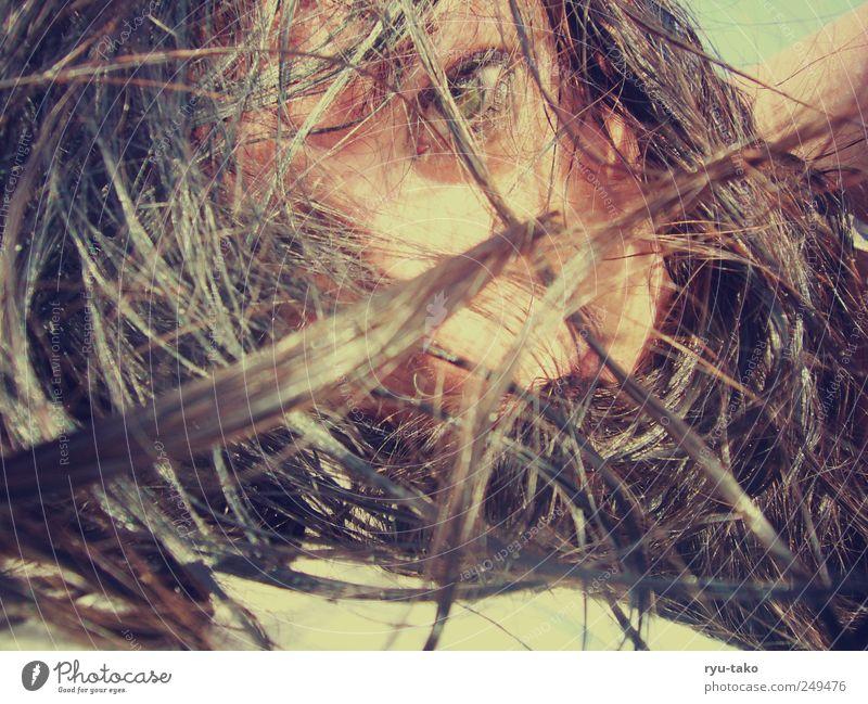 durchdringend Mensch Jugendliche schön Auge gelb feminin Haare & Frisuren Erwachsene träumen braun Angst nass liegen natürlich retro beobachten