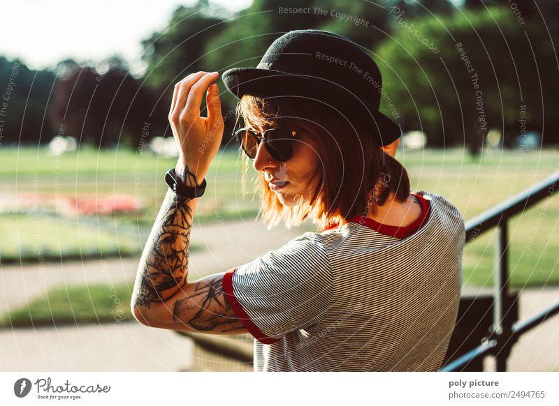 [LS107] - Junge Frau mit Sonnenbrille, Hut und Tattoo im Park Lifestyle Stil Jugendliche Erwachsene Leben Kopf Arme Hand 13-18 Jahre 18-30 Jahre Sommer Herbst