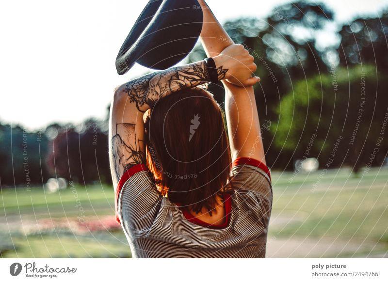 [LS113] - Abendsonnenbad Junge Frau Jugendliche Leben 13-18 Jahre 18-30 Jahre Erwachsene 30-45 Jahre Natur Sonnenaufgang Sonnenuntergang Sonnenlicht Frühling