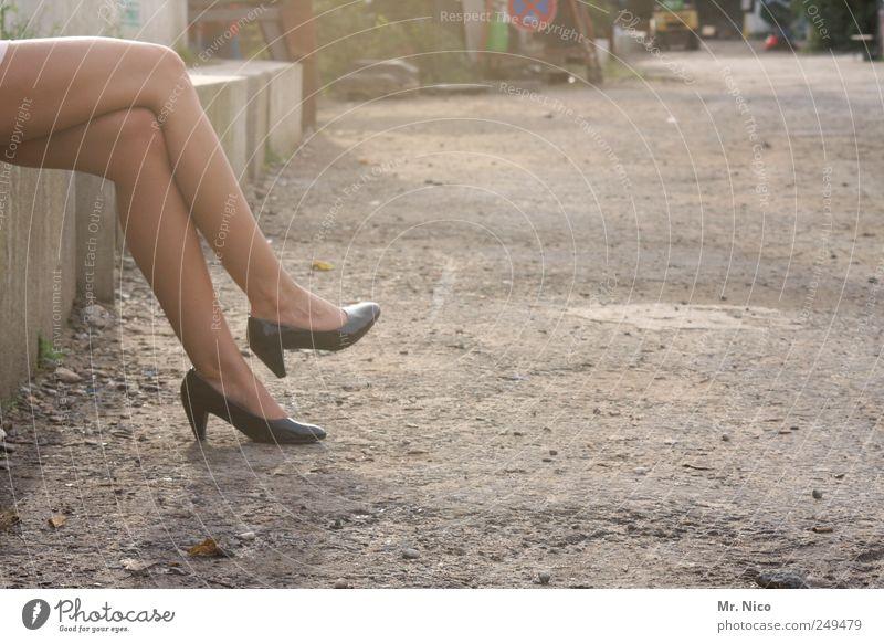 maybe tomorrow Frau Sommer Einsamkeit Erwachsene Straße feminin Wege & Pfade Beine Fuß warten elegant sitzen Haut ästhetisch Körperhaltung Warmherzigkeit