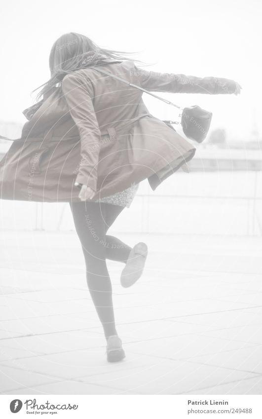 Dance with somebody Lifestyle elegant Stil Freizeit & Hobby Tanzen Feste & Feiern Mensch feminin Frau Erwachsene 1 18-30 Jahre Jugendliche drehen ästhetisch
