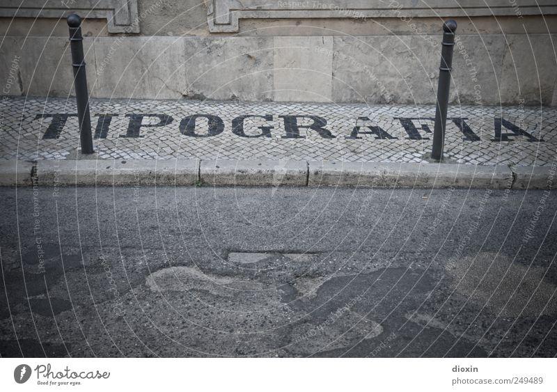 TIPOGRAFIA Stadt alt Straße Wand Mauer Fassade authentisch Schriftzeichen Buchstaben Bürgersteig Asphalt Stadtzentrum Typographie Altstadt Kopfsteinpflaster