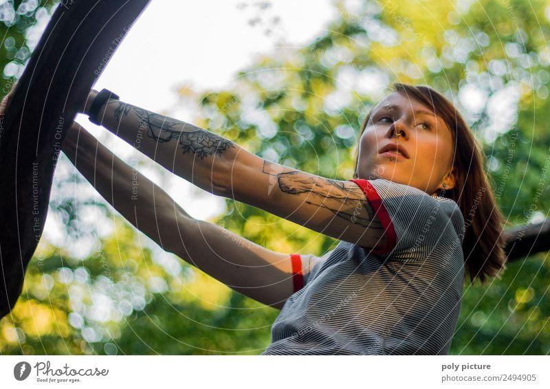 [LS102] - Junge Frau mit Tattoo am Arm im Park Lifestyle Wellness Leben Wohlgefühl Zufriedenheit Erholung Kur Freizeit & Hobby wandern ausgehen feminin