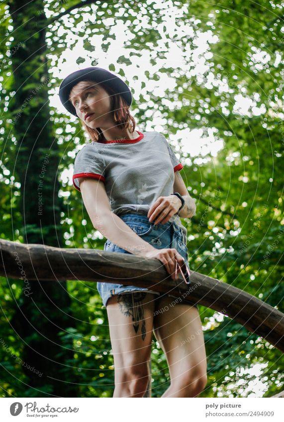 [LS133] - Let's play Lifestyle Junge Frau Jugendliche Erwachsene Senior Leben 13-18 Jahre 18-30 Jahre 30-45 Jahre Umwelt Natur Baum Park Identität einzigartig