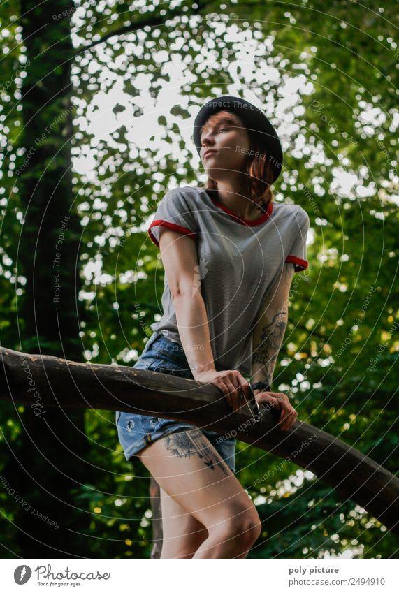 [LS104] - Junge Frau im Park Jugendliche Stadt Erholung Freude 18-30 Jahre Erwachsene Lifestyle Leben Umwelt feminin Garten Zufriedenheit 13-18 Jahre träumen