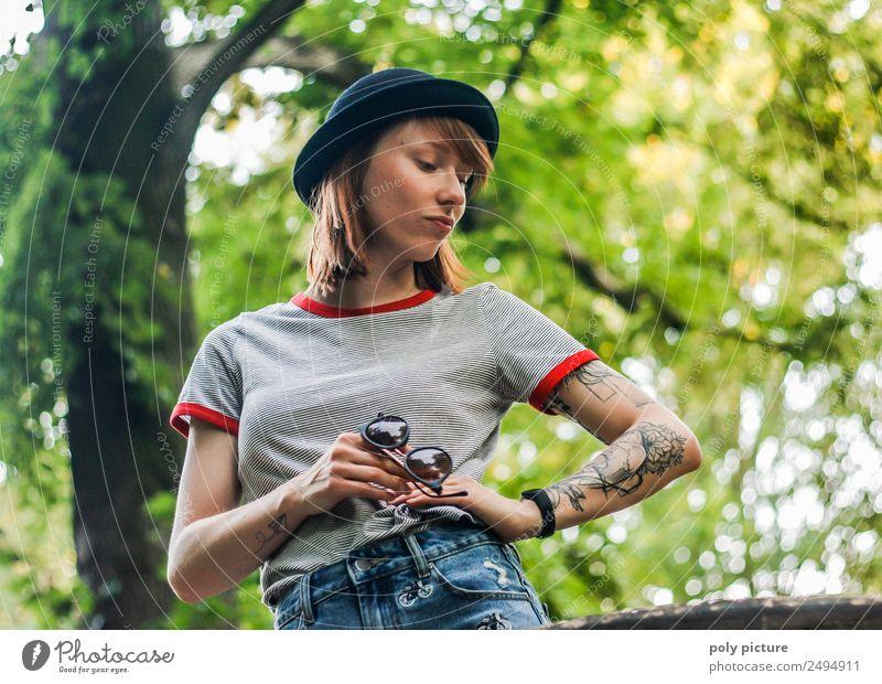 [LS119] - Keep smiling! The Sun is shining! Junge Frau Jugendliche Erwachsene Leben 13-18 Jahre 18-30 Jahre Umwelt Natur Baum Park Identität einzigartig