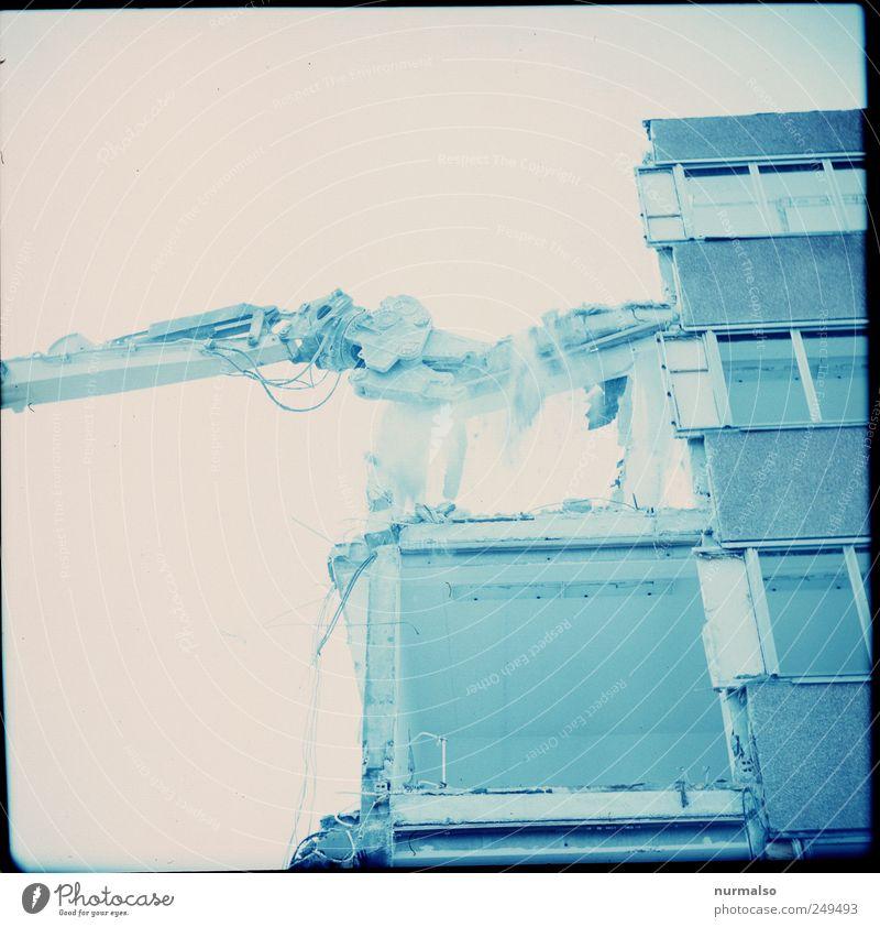der Abriss beginnt alt Haus Umwelt Kunst Fassade kaputt Technik & Technologie Ende Zeichen DDR Stadtzentrum Werkzeug Zerstörung Ärger Demontage Plattenbau