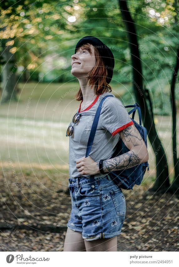 [LS111] - Junge Frau wandert durch Park Jugendliche Leben Kopf Gesicht 13-18 Jahre 18-30 Jahre Erwachsene Natur Wald Abenteuer Beginn Zufriedenheit Identität