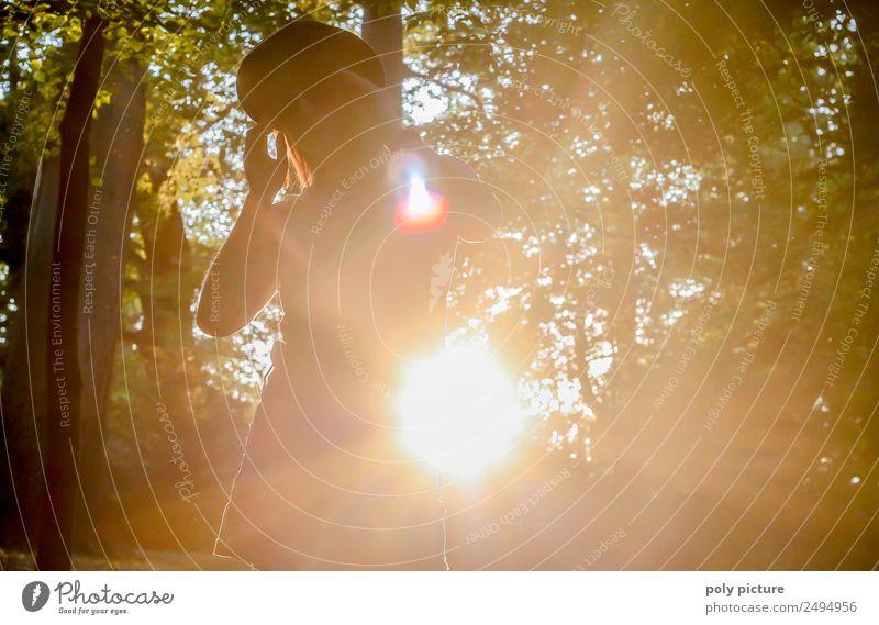 [LS124] - Look at me! Lifestyle Junge Frau Jugendliche Erwachsene Leben 18-30 Jahre 30-45 Jahre Natur Baum Park Freude Freundschaft Glück Identität einzigartig