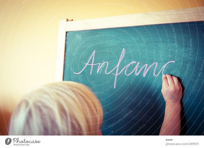 Tafelkind Haare & Frisuren Freizeit & Hobby Häusliches Leben Kindererziehung Bildung Schule lernen Kindheit Kopf Hand blond Schriftzeichen schreiben Beginn