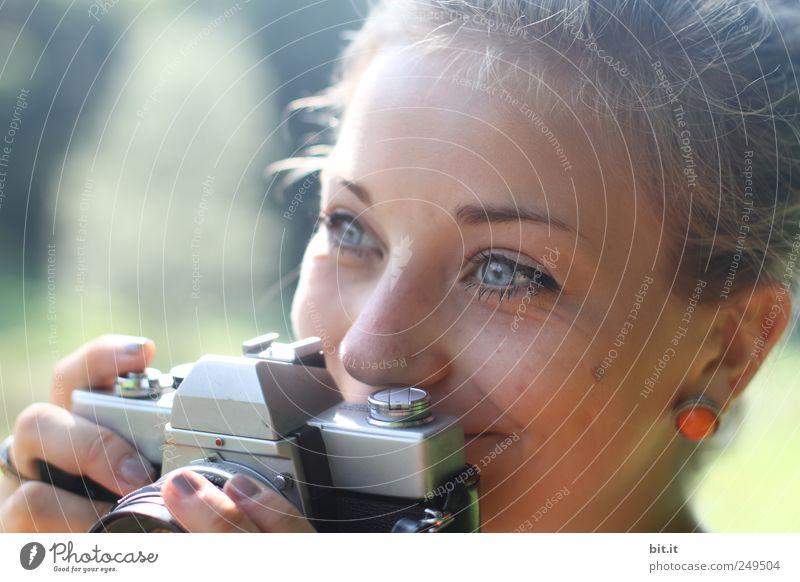 analoge Annäherung Jugendliche Ferien & Urlaub & Reisen Junge Frau Freude Gesicht Erwachsene feminin lachen Glück Freizeit & Hobby Tourismus Fotografie Studium Bildung Fotokamera Erwachsenenbildung