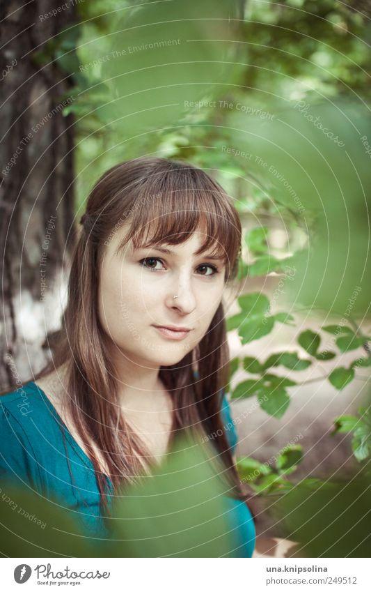 gleich verschieden Frau Mensch Natur Jugendliche grün schön Baum Pflanze Blatt Wald feminin Umwelt Gefühle Stimmung Erwachsene