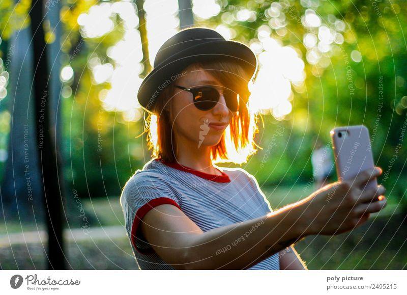 [LS103] - Junge Frau mit Hut macht ein Selfie im Park PDA feminin Jugendliche Erwachsene Leben Mensch 18-30 Jahre Zufriedenheit Stolz Sucht Tattoo Handy
