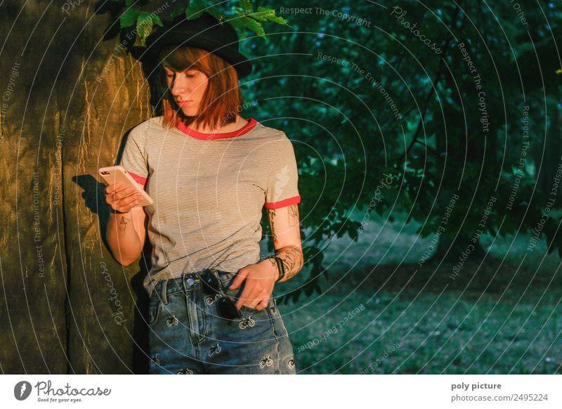 [LS121] - Natur-Verbunden Lifestyle Junge Frau Jugendliche Erwachsene Leben 13-18 Jahre 18-30 Jahre Umwelt Sonnenaufgang Sonnenuntergang Sommer Herbst Baum Park