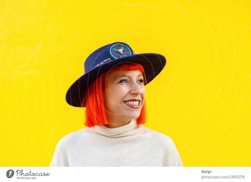 Attraktives Mädchen mit einem Hut über einer gelben Wand Lifestyle elegant Stil Freude Glück schön Sommer Mensch Frau Erwachsene Lippen Herbst Straße Mode