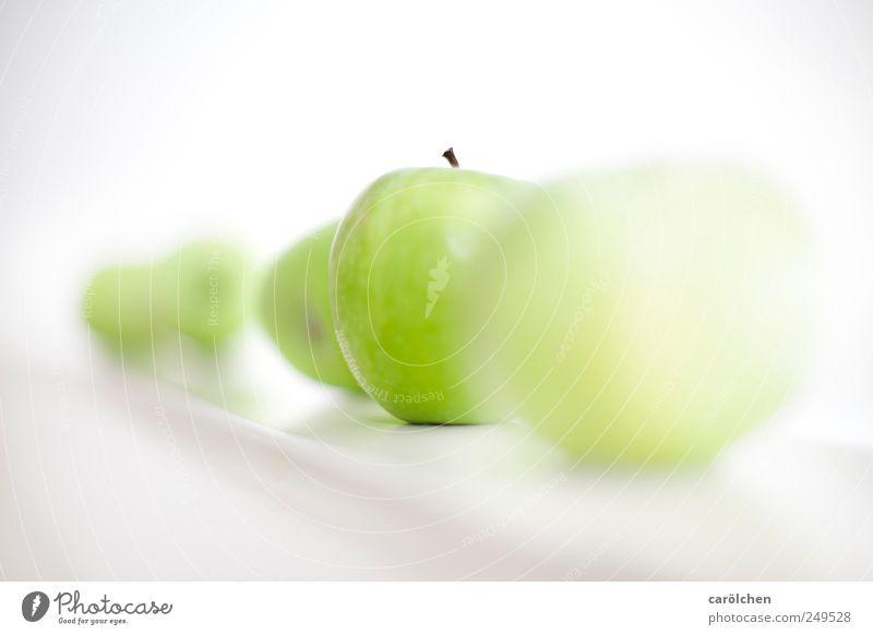 apple Lebensmittel Frucht grün weiß Apfel frisch lecker Gesundheit High Key Farbfoto mehrfarbig Innenaufnahme Detailaufnahme Menschenleer Textfreiraum links