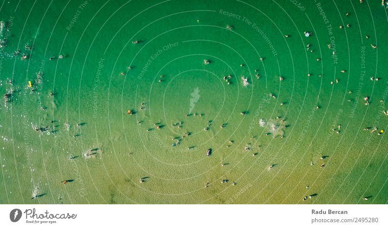Luftaufnahme der Menschenmenge, die am Strand Spaß hat. Lifestyle Ferien & Urlaub & Reisen Abenteuer Ferne Freiheit Kreuzfahrt Sommer Sommerurlaub Sonne