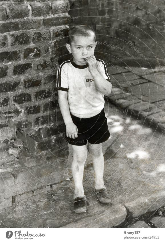 Billy the Kid Mensch Kind Junge Schuhe maskulin Armut T-Shirt Kindheit sportlich Nostalgie Shorts Schüchternheit einzeln kurzhaarig old-school Ganzkörperaufnahme