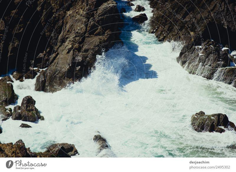 Krimi / Tatort ? Sommer blau Wasser Sonne weiß Meer Erholung Küste Bewegung außergewöhnlich Stein Ausflug Felsen Wellen Kraft Kreativität