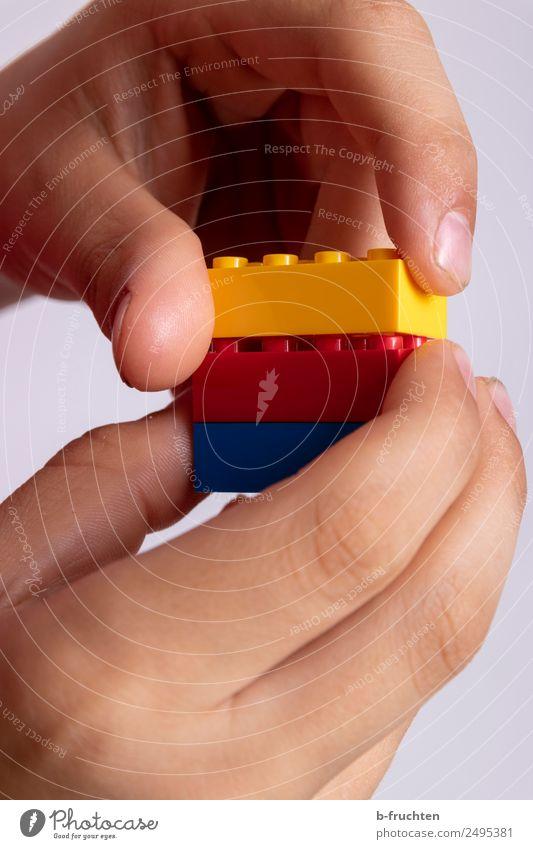 Bausteine zusammenstecken Kind Schulkind Hand Finger Spielzeug bauen festhalten einfach Zusammensein Freude zusammenpassen Zusammenhalt zusammengehörig Bauklotz