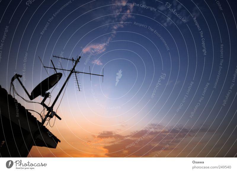 Antenne Himmel blau rot orange Fernsehen Radio Abenddämmerung Textfreiraum Antenne Verlauf Fernsehen schauen Empfang Satellitenantenne Parabolantenne