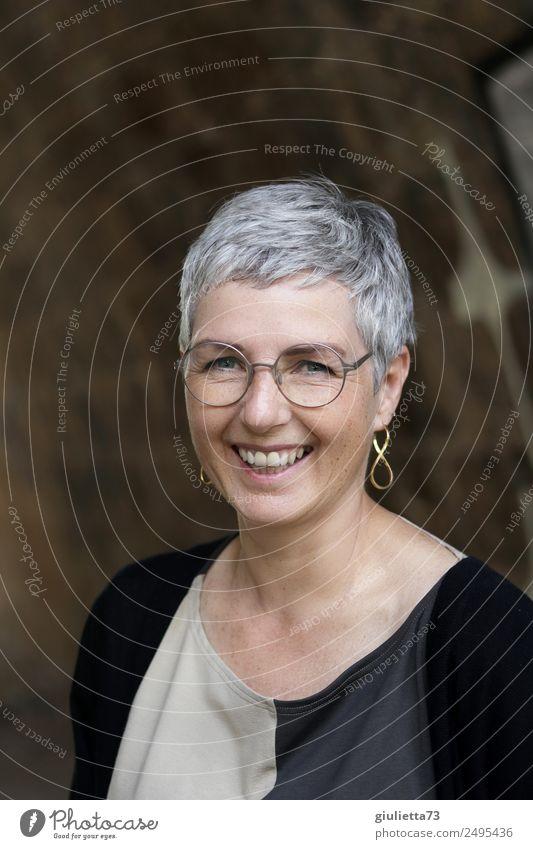 Das Leben ist schön! | UT Dresden feminin Frau Erwachsene Senior 1 Mensch 45-60 Jahre Brille grauhaarig kurzhaarig lachen authentisch elegant Fröhlichkeit