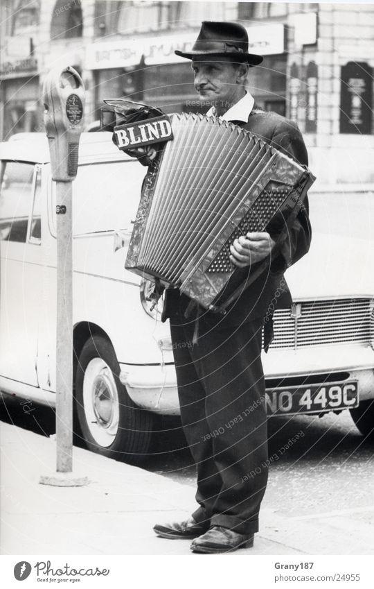 Blind Musician blind Mann Stil Parkuhr Werbefachmann Plakat Ferien & Urlaub & Reisen Stadt Sechziger Jahre Schuhe Hose Anzug musizieren Fahrzeug Oldtimer