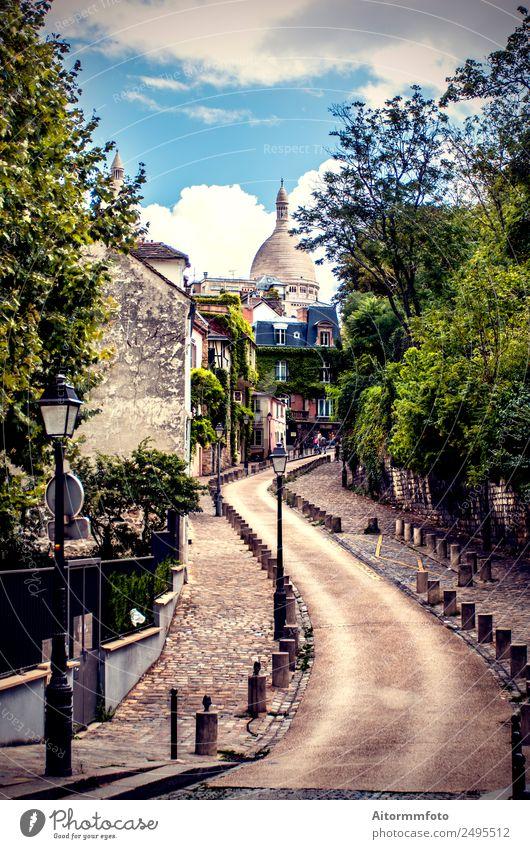 Ansicht der alten Straße im Montmartre in Paris, Frankreich Ferien & Urlaub & Reisen Tourismus Sommer Himmel Baum Stadt Gebäude Architektur hell historisch grün