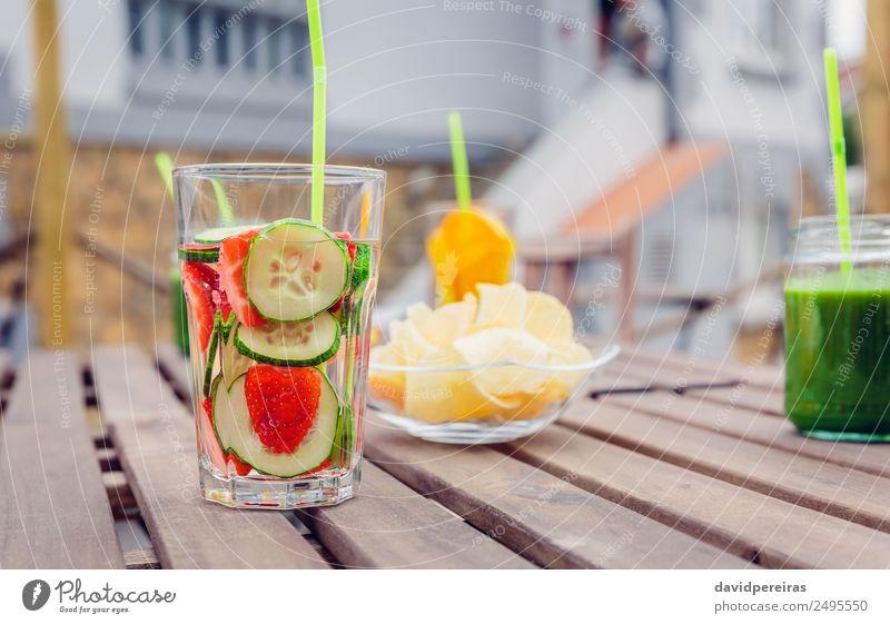 Aufgegossene Fruchtwasser-Cocktails und Smoothies aus grünem Gemüse Ernährung Diät Getränk Saft Tee Sommer Tisch Natur Holz Coolness frisch natürlich rot Entzug