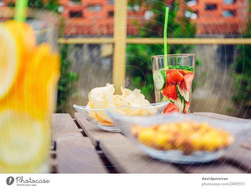 Aufgegossene Fruchtwasser-Cocktails und Snackschalen Gemüse Ernährung Diät Getränk Saft Tee Schalen & Schüsseln Sommer Tisch Natur Holz Coolness frisch
