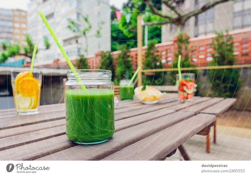 Smoothies aus grünem Gemüse und Cocktails mit Fruchtwasseraufguss Ernährung Diät Getränk Saft Tee Sommer Tisch Natur Holz Coolness frisch natürlich rot Entzug