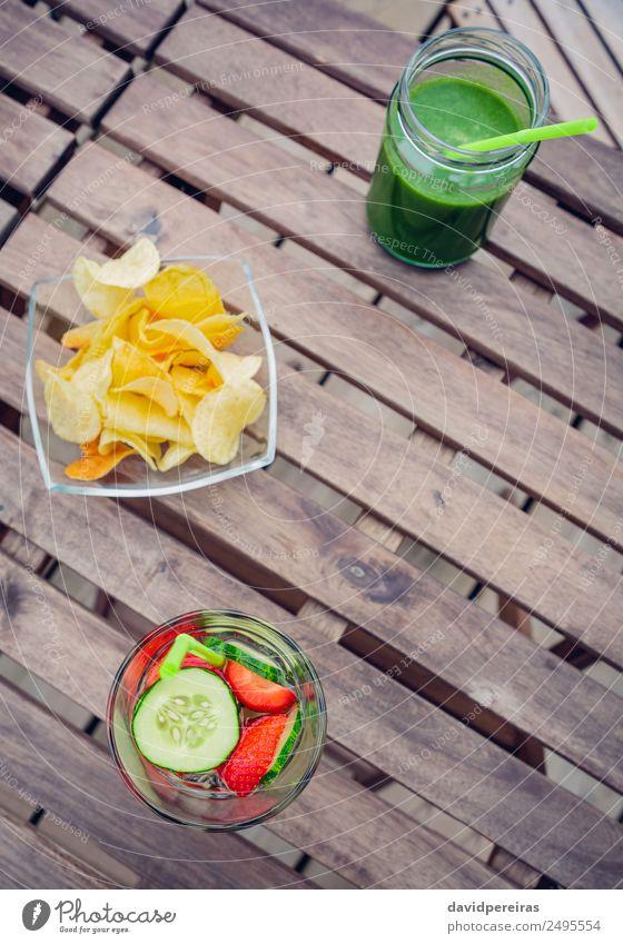 Aufgegossene Fruchtwasser-Cocktails und Smoothies aus grünem Gemüse Ernährung Diät Getränk Saft Tee Sommer Tisch Natur Holz frisch natürlich oben rot Entzug